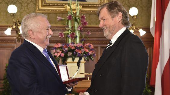 Landeshauptmann Michael #Häupl überreicht Heinz Neumann das Goldene Ehrenzeichen für Verdienste um das Land #Wien.  #Architektur