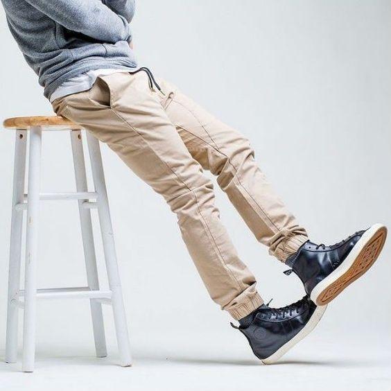 Muito em evidência nos últimos meses, a calça jogger masculina nada mais é do que sua boa e velha calça de moletom que ganhou uma releitura menos esportiva, mantendo o ar casual, mas com uma pegada…