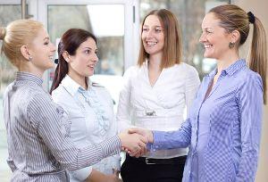 Ein starkes Netzwerk ist das A und O, um beruflich erfolgreich zu sein. Am besten beginnt man bereits am Anfang der Karriere mit dem Aufbau. Doch Berufsanfängerinnen gehen anders an die Sache ran als ihre männlichen Kollegen:   http://karrierebibel.de/vitamin-b-berufsanfaengerinnen-netzwerken-anders/