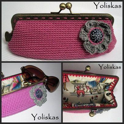Funda para gafas rosa hecha a crochet, con boquilla de metal.