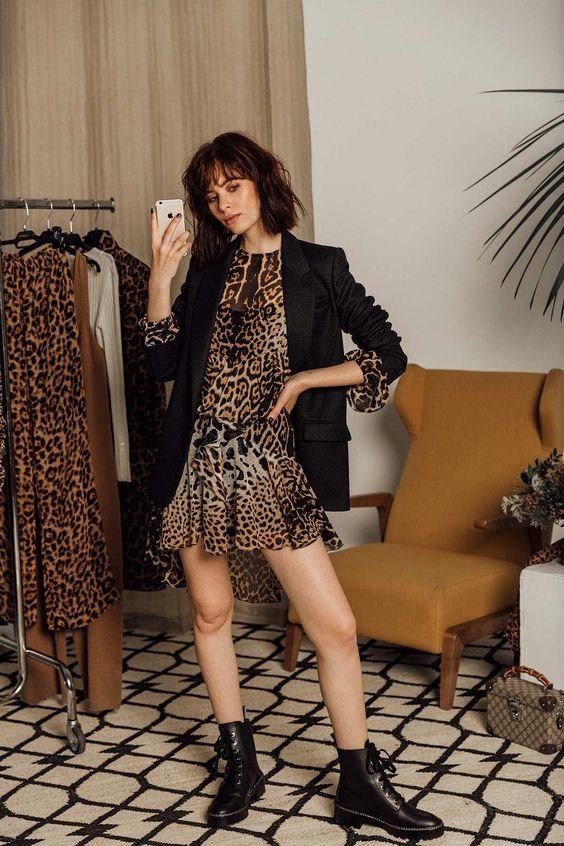 En el probador… 8 formas de combinar el estampado de leopardo: con botines negros y 'blazer'. © Fotografía: Icíar J. Carrasco. Realización: Ana Casasnovas.
