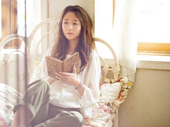 ベッドで本を読む木村文乃さん