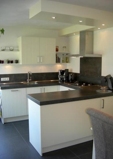 Kleine keuken zonder bovenkastjes   hoge kastenwand   schiereiland ...