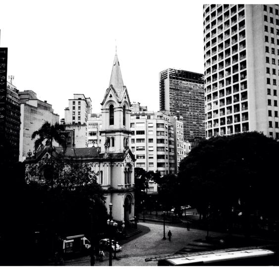 Foto tirada da Galeria do Rock, no Centro de São Paulo, em preto e branco.