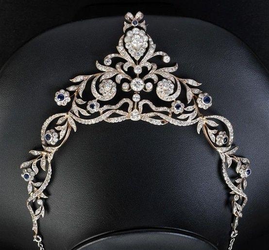 Um diamante e safira colar com adaptador tiara associada, a fita perfurada e rola foliate millegrain-set numerosos antigo e rosa-cortar diamantes com pedra centro de corte de pêra suspensão de faca e diamantes circular de corte set-pinça acima ...