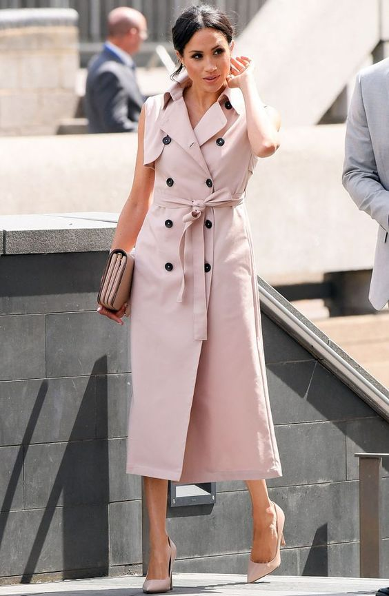 Meghan wears blush pink sleeveless trench dress by Canadian label NONIE. She accessorized her  look with matching pumps, stud earrings and a Mulberry clutch   / Меган выбирает платье-тренч без рукавов канадского бренда NONIE, подбирая аксессуары в тон и клатч Mulberry