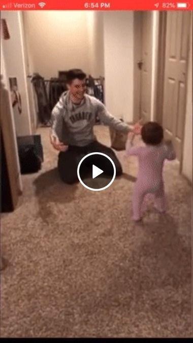 O pai achou que o bebé ia ate ele e veja o que aconteceu