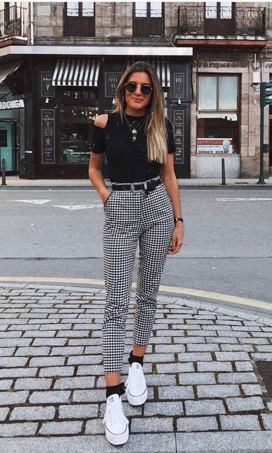 look blusa preta com calça de alfaiataria xadrez com tenis branco