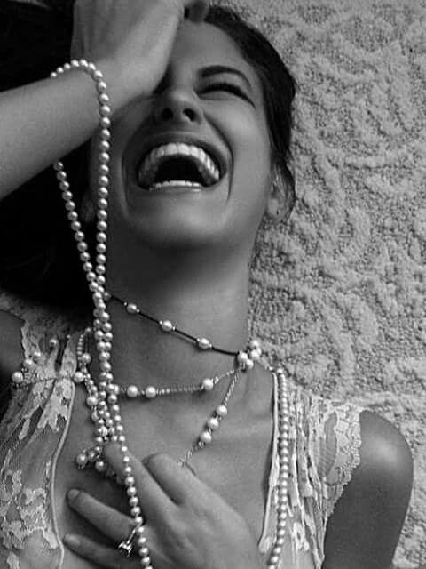 Eu confio no sorriso que acalma. Que acolhe. Que convida.  No sorriso que ameniza as dores, que suaviza as quedas e enfeita os amores. Confio no sorriso sincero que irradia luz. Que contagia. Que simplifica.  Eu confio na cura do mau humor. Sorriso desarma ausência de fé. Desarma a indelicadeza. Sabota a falta de educação.  O poder do sorriso é fazer bem a todos que estão ao nosso redor.  É o pedacinho da gente que se espalha por aí.  Marcely Pieroni Gastaldi