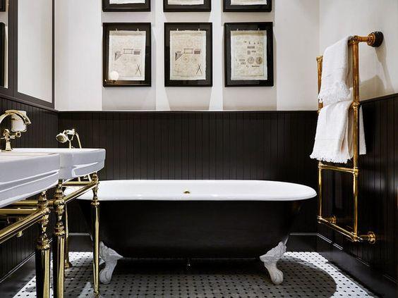 Blanco, negro y oro en el baño
