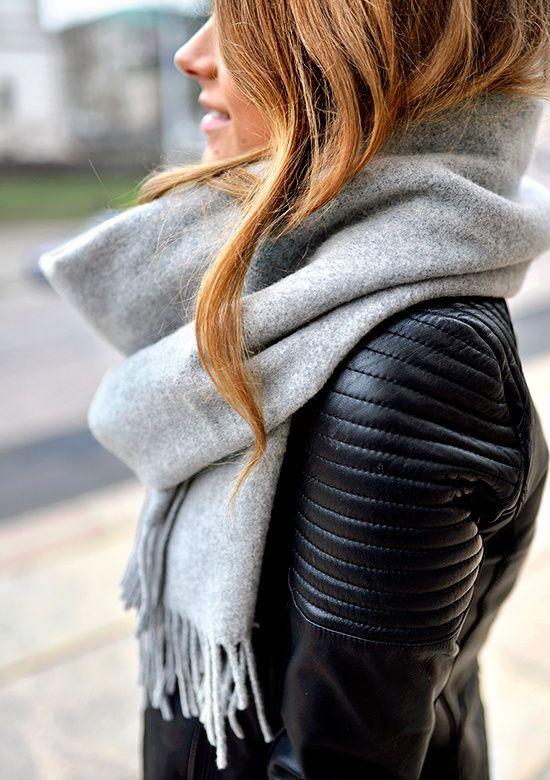 Maxi écharpe grise + perfecto en cuir noir = le bon mix (photo Mariannan)