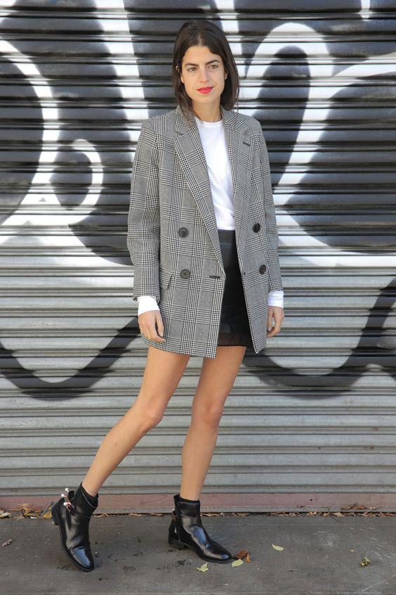 Leandra Medine - blazer longo masculino com saia de couro e bota cano curto. Mega fashion, decolado e bacana!