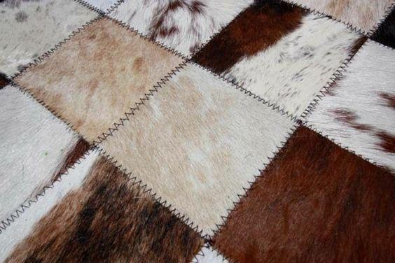kuhfellteppich verlegen braun weiß patchwork