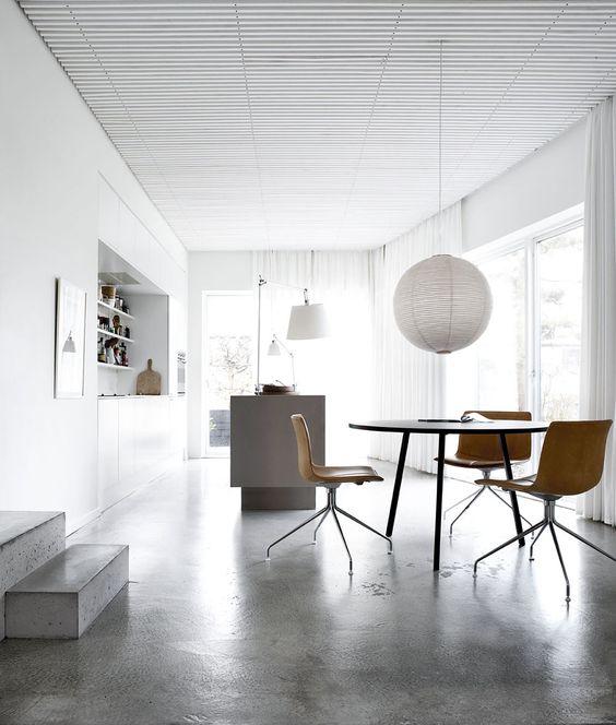 hvide lameller i loftet, slat ceiling white, concrete floor kitchen, shite, architecht house