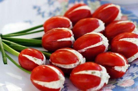 Tulpjes gemaakt van tomaatjes met roomkaas. Voor recept: http://www.landleven.nl/Culinair/Recepten/2014/7/Tomatentulpen/:
