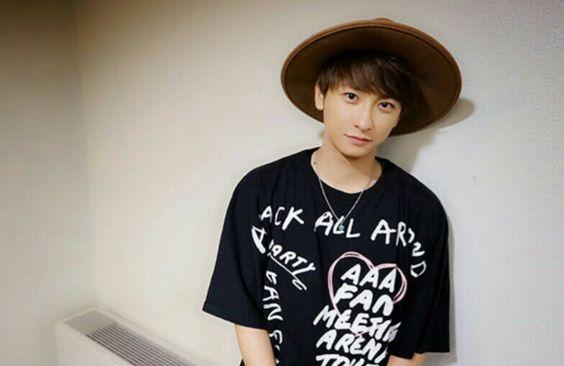 AAAのTシャツを着る與真司郎