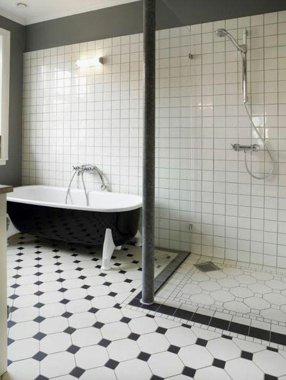 carrelage damier, carreaux noirs petite taille et baignoire style ancien