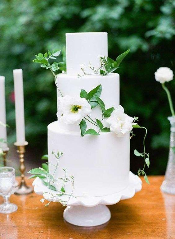 Torte nuziali bianche e verdi - Torta bianca con foglie verdi