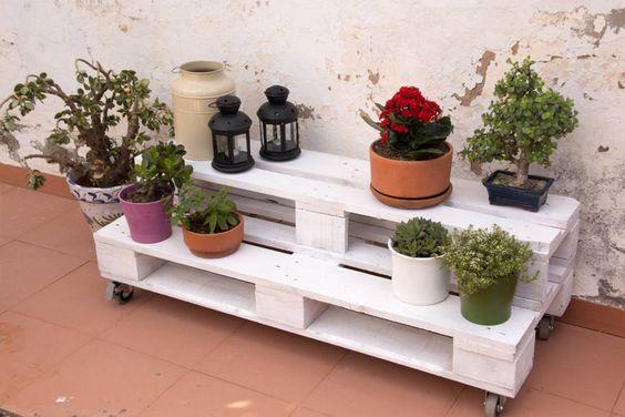 Ogrodowe meble z palet. Zobacz więcej na: https://www.homify.pl/katalogi-inspiracji/177412/top-10-modne-meble-ogrodowe-z-recyklingu: