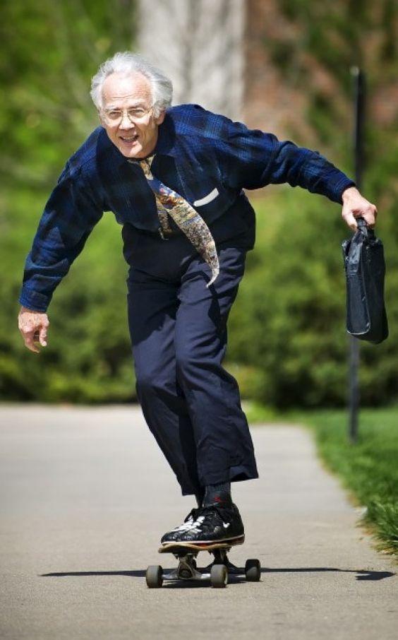 スーツのお爺さんとスケートボード