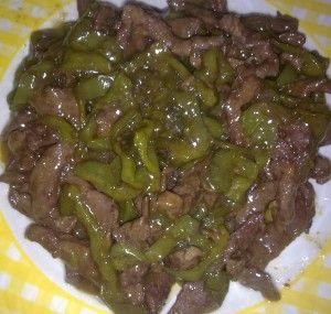 Ternera con pimientos estilo chino. Añadir aceite de sésamo, 2 puntas de pastilla de caldo y 5 especias chinas