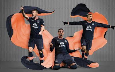 Nouveau maillot Everton Exterieur 2016 2017 est Principalement bleu foncé et orange clair, Inspiré par toute première victoire en championnat du club dans la saison 1890-1891.
