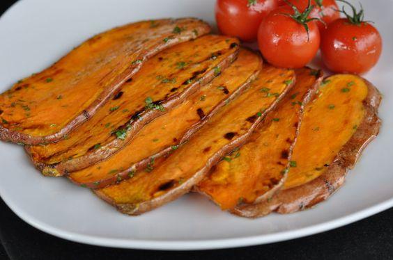 Gegrillte Süßkartoffeln sind eine tolle Beilage. Die Olivenöl-Limetten-Marinade sorgt für einen unvergleichlichen Geschmack der süßen Wurzelknolle.
