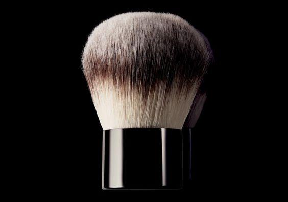 O Pincel de blush e pó Natura Una reúne utilidade e praticidade em um pincel que pode ser usado para aplicar os dois produtos. Para você expressar o melhor de você mesma.