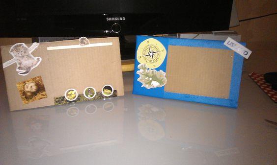 Fotolijstjes van karton. Twee stukken karton aan elkaar geplakt (1 zijkant open laten) in bovenste karton laat je een venster open/vrij vervolgens het lijstje versieren met b.v. knipsels uit tijdschiften