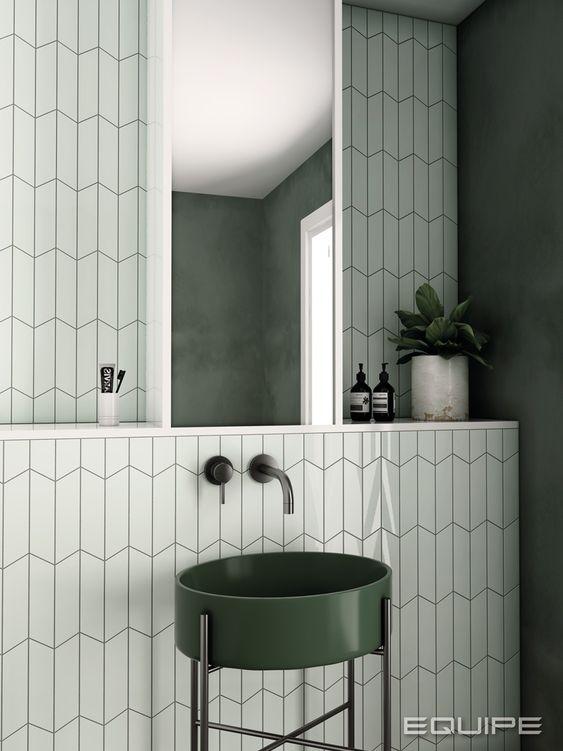 Kakel och klinker kan framhäva detaljerna i ditt badrum. Här användes det en mint grön platta som framhäver det skogsgröna tvättstället.