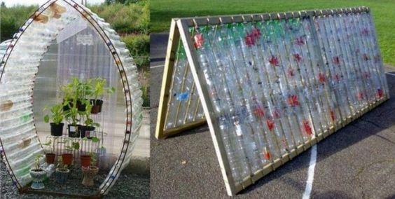 Une serre ou un toit avec des bouteilles en plastique