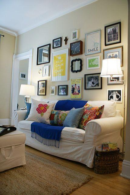 Decorando la sala con cuadros coloridos