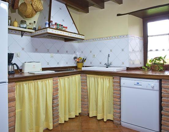 La Cocina De La Casa Del Campo Totalmente Equipada Turismorural Cudille Ideas De Cortinas De Cocina Cocinas Rusticas De Obra Decoracion De Cocinas Rusticas