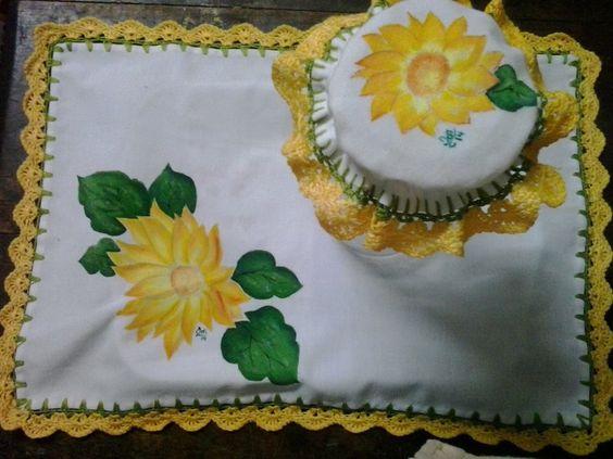 cubre bandeja, con capuchón para tapar jarra, con bordes en crochet y pintado amano
