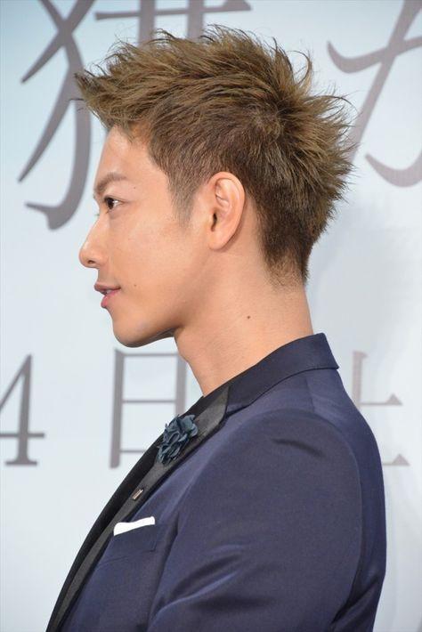 横からのアップバングスタイルの佐藤健の髪型
