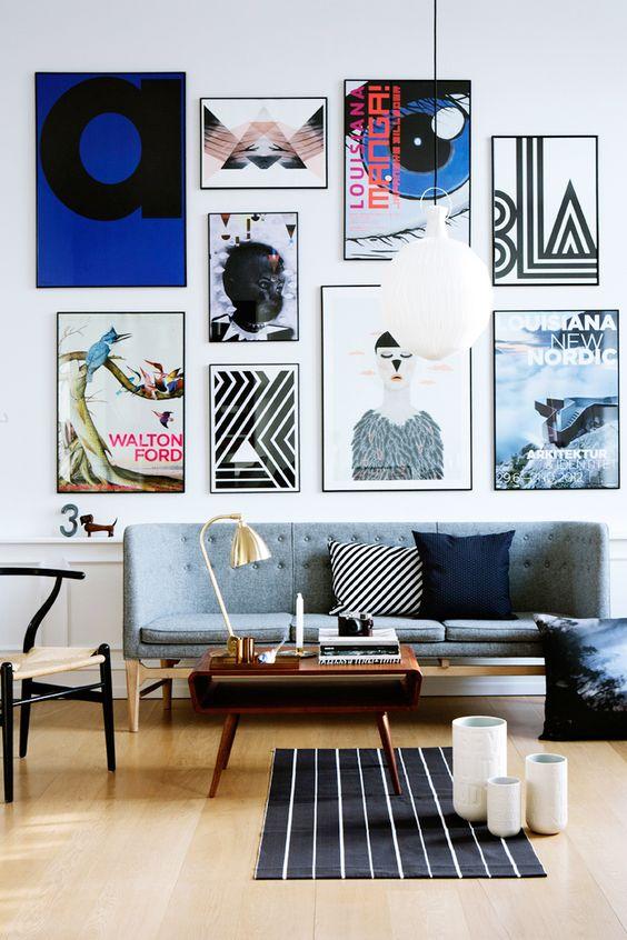 galeria ścienna, obrazki naścianie, tropikalna tapeta, tapeta wpalmy, jak urządzić mieszkanie, mieszkanie wstylu vintage, mieszkanie wstylu skandynawskim, salon retro