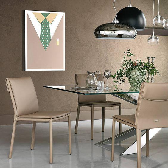 Sedia Isabel, designer Paolo Cattelan per Cattelan italia, con struttura in acciaio interamente rivestita in ecopelle. I cuscini imbottiti della seduta e schienale, rendono la sedia confortevole e accogliente.