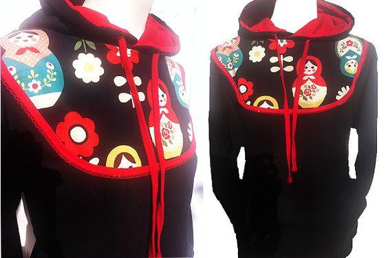 ♥♥♥ Absurd Sweater - MATROSCHKA LOVE ♥♥♥    Süsser Hoodie mit Kängeruhtaschen, genäht aus schwarzem Sweatstoff mit rotem Kapuzeneinsatz.  Toller li...