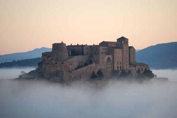 CASTLES OF SPAIN  - Castillo de Cardona, fue construido en el año 886 por Wifredo el Velloso. De estilo románico y gótico. Durante el siglo XV, los duques de Cardona fueron la familia más importante de la Corona de Aragón. En 1714, después de un asedio que destruyó en buena parte las murallas del castillo, fue uno de los últimos reductos en entregarse a las tropas borbónicas de Felipe V durante la Guerra de Sucesión Española.