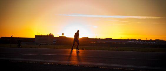 Skater im Sonnenuntergang auf dem Flughafen Berlin Tempelhof #hauptstadtkultur #berlin #tempelhoferfeld