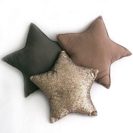 Preciosos cojines de tela en forma de estrellas en tonos empolvados y uno de ellos lleno de lentejuelitas pequeñas. Ideal para decorar ya sea la habitación del bebé o el salón de tu casa. Combinalos con la guirnalda a juego. 56€