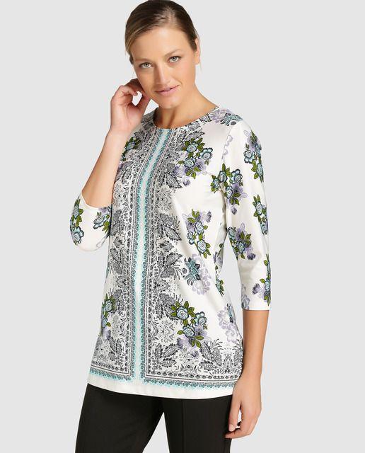Blusa en color blanco con estampado de flores en tonos azules. Tiene manga…