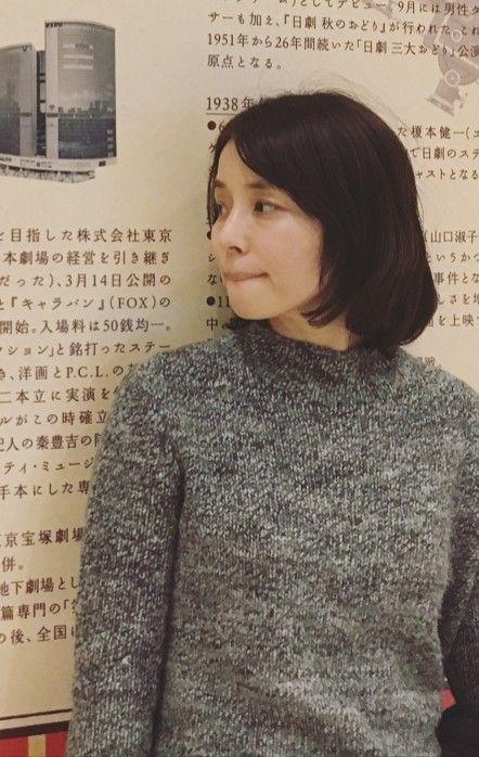 グレーのニットの石田ゆり子