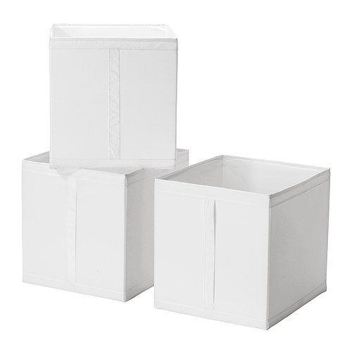 SKUBB Caja IKEA La caja se puede sacar fácilmente por el asa. Las tres cajas caben lado a lado en una estructura de armario de 100 cm de ancho.