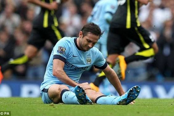 Lampard đã buộc phải rời sân bằng cáng sau khi bị đau trong pha tranh chấp bóng với cầu thủ Ryan Mason trong cuộc đọ sức với Tottenham ngay tại Etihad tối qua.