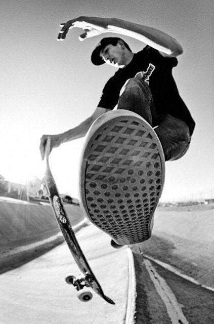 靴裏がみえるスケートボード
