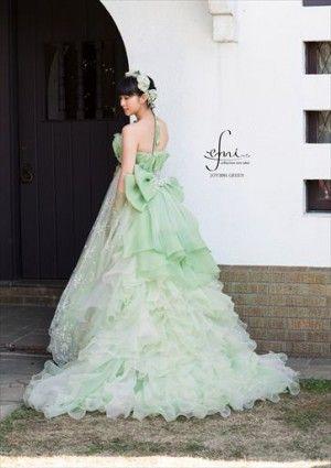 グリーンのウェディングドレスの武井咲