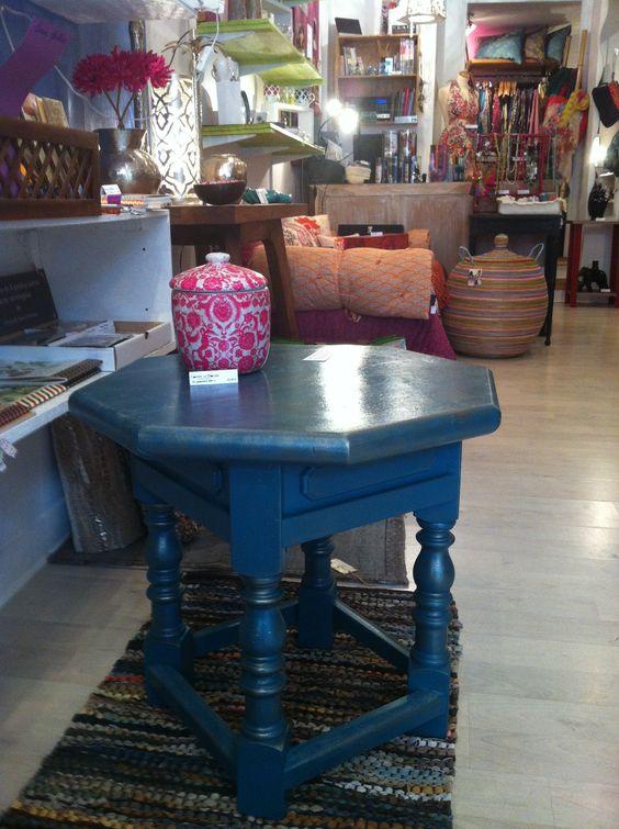 """Table octogonale """"Scarabée"""" sur tapis en lanière de cuir"""