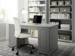 """Ein Heimarbeitsplatz mit LIATORP Schreibtisch in Grau, LILLHÖJDEN Drehstuhl mit Bezug """"Idemo"""" weiss und LIATORP Bücherregalen in Grau"""