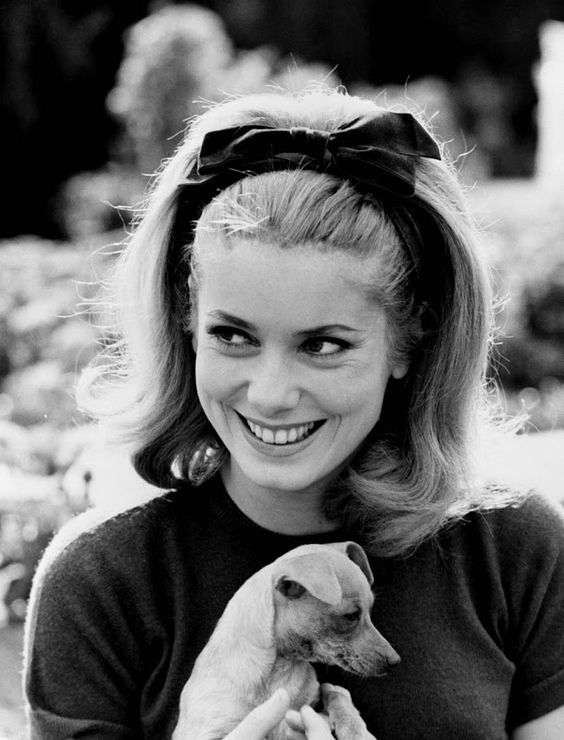 {Catherine Deneuve + chihuahua} this photo makes me smile :)